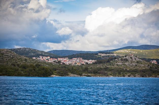 Vista della costa croata, area di sibenik, dal mare. inquadratura orizzontale