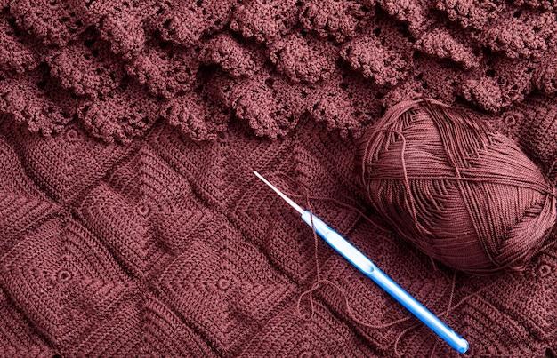 Uncinetto e filo per lavorare a maglia