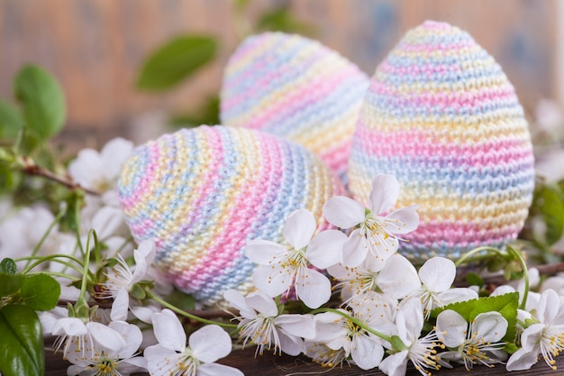 Uova di pasqua all'uncinetto. carta di primavera. concetto di pasqua. giocattolo a maglia, fatto a mano, ricamo, amigurumi.