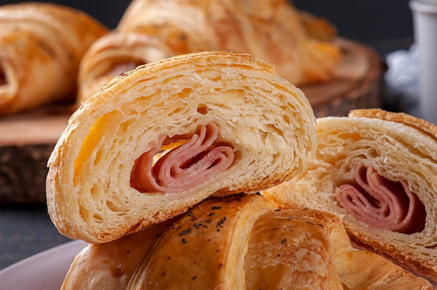 Croissant tagliato a metà e farcito con prosciutto e formaggio