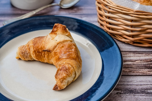 Croissant o medialuna su un piattino.