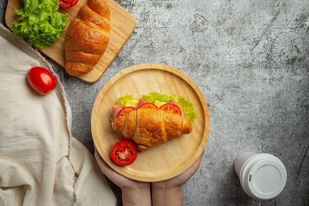 Panini croissant sulla superficie di legno scuro