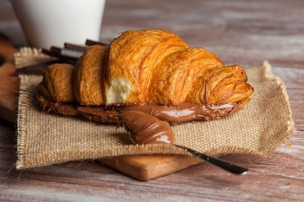 Panini croissant serviti su tavola di legno