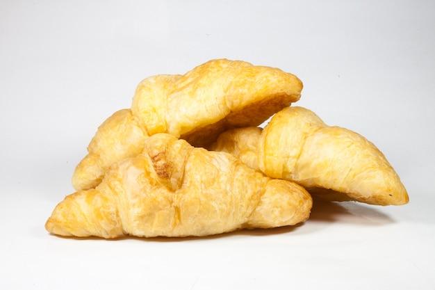 Croissant su uno sfondo bianco.