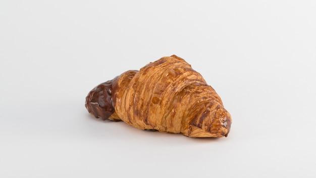 Croissant con ripieno di cioccolato su fondo bianco