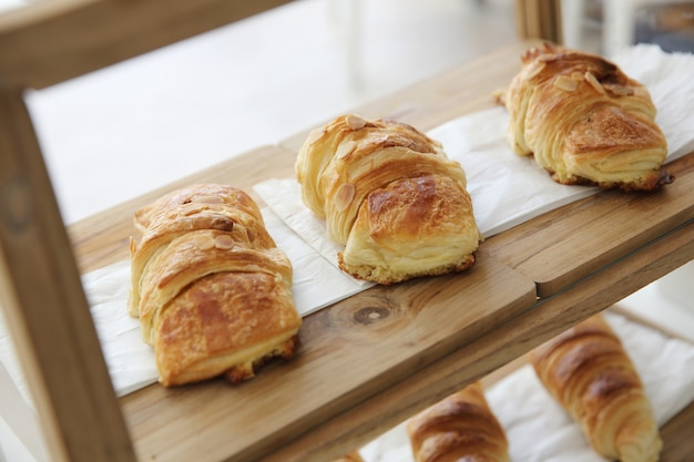 Croissant su fondo di legno