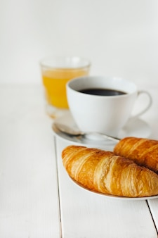Concetto di colazione con croissant
