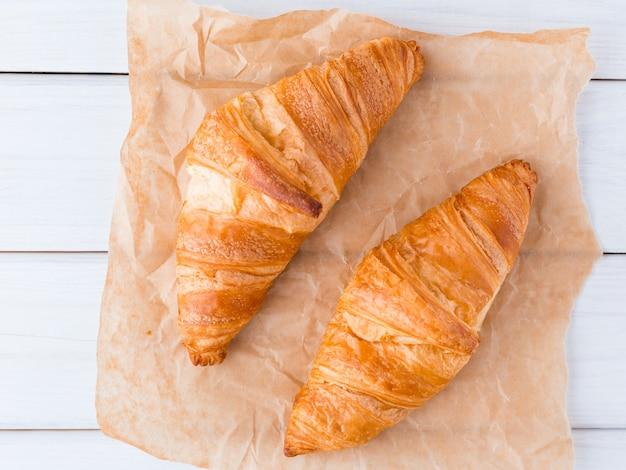 Croissant su una tavola di legno bianca