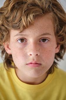 Ragazzo corto con lentiggini e capelli mossi