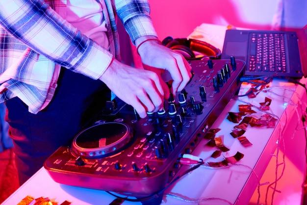 Crop dj mixaggio su console