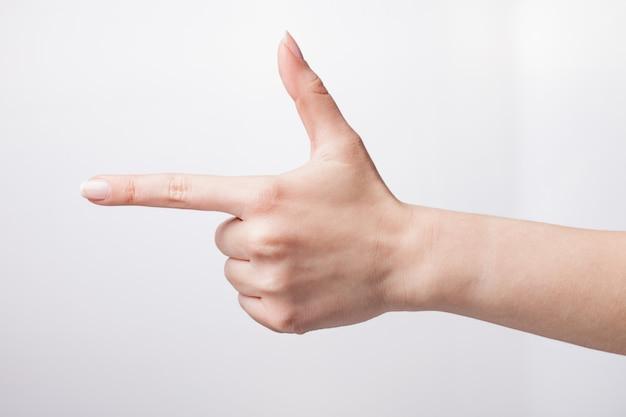 Ritaglia la mano che mostra il gesto della pistola a mano
