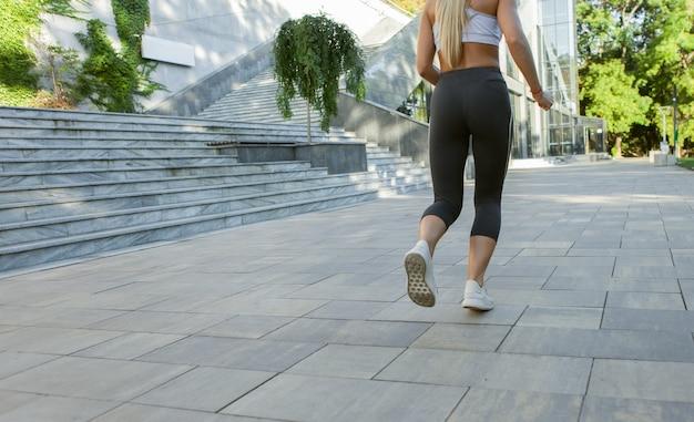 Ritaglia la foto di una donna che corre all'aperto