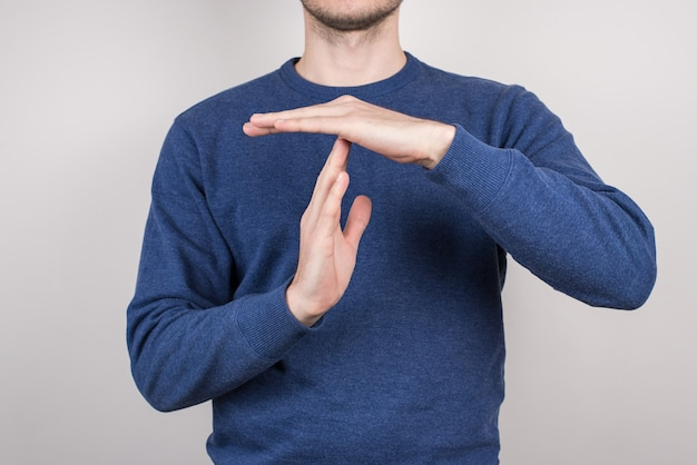 Ritagliata foto ravvicinata di un capo amministratore delegato arrabbiato soddisfatto che fa un segnale di time out ai suoi tirocinanti superficie grigia isolata