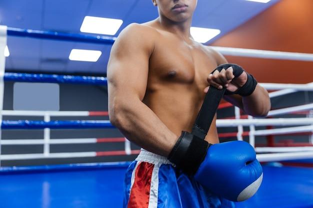 Immagine ritagliata di un pugile che si prepara per il combattimento