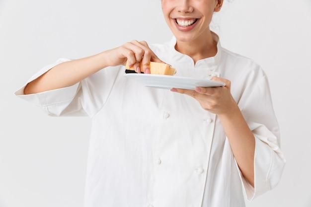 Immagine ritagliata di una giovane donna allegra che lava i piatti
