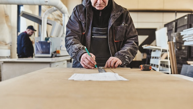 Immagine ritagliata di un artigiano che lavora alla sua postazione di lavoro