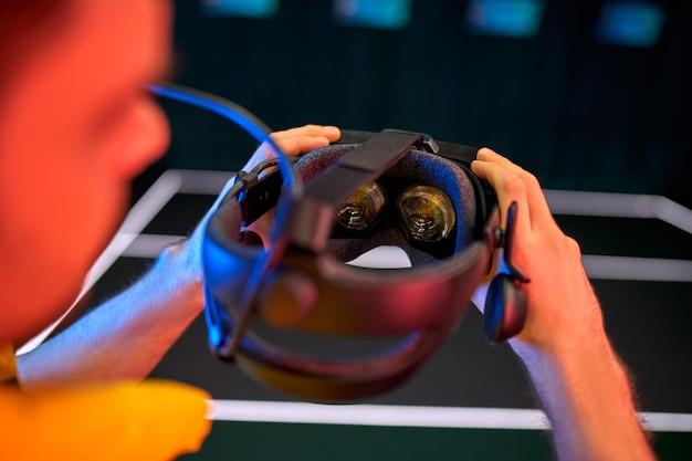 Immagine ritagliata di un bel giovane con gli occhiali della realtà virtuale. vr, giochi, intrattenimento, concetto di tecnologia del futuro.