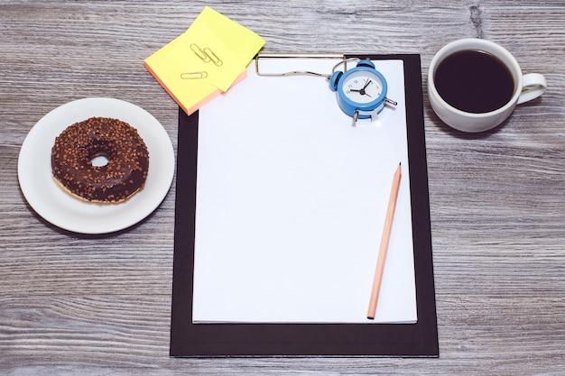 Immagine ritagliata di accessori per ufficio. pausa al lavoro, ora del caffè