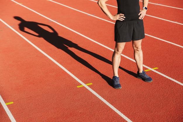 Immagine ritagliata di uno sportivo finito di correre