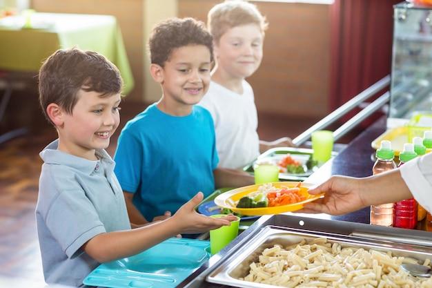 Immagine ritagliata di donna che serve cibo ai bambini