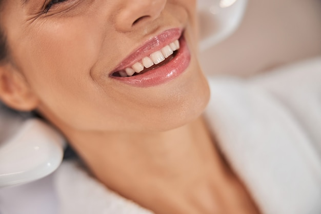 Foto ritagliata di un bel viso di donna