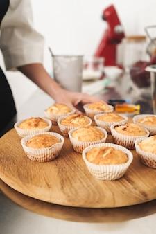Foto ritagliata di un bel giovane cuoco chef in cucina che cucina dolci al chiuso.