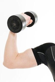 La foto ritagliata di un forte sportivo fa esercizi sportivi con manubri