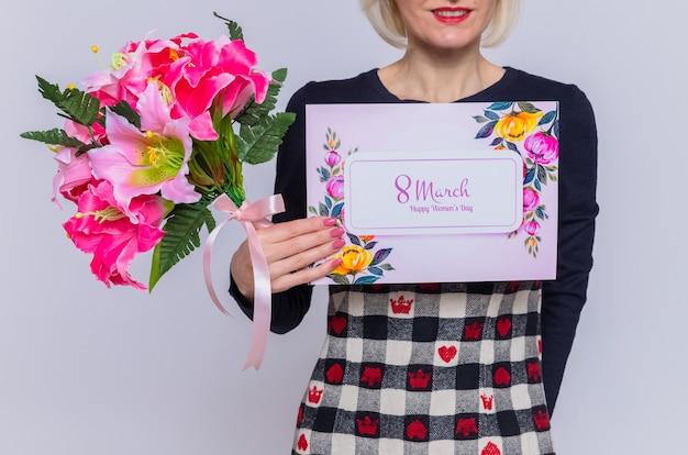 Foto ritagliata della giovane donna con biglietto di auguri e bouquet di fiori