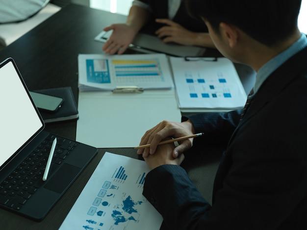 Ritagliata colpo di imprenditori analizzando il diagramma di affari nella sala riunioni