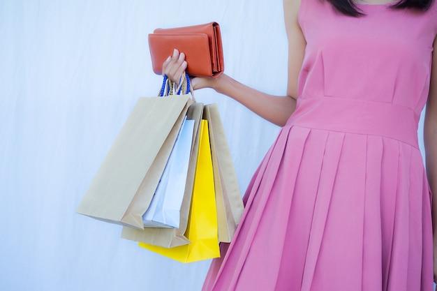 Ritagliata colpo di donna che tiene i sacchetti di carta della spesa