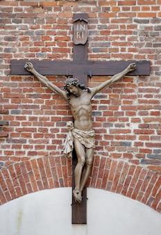 Croce contro un muro di mattoni