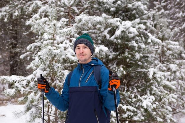 Sciatore di fondo nella foresta di inverno