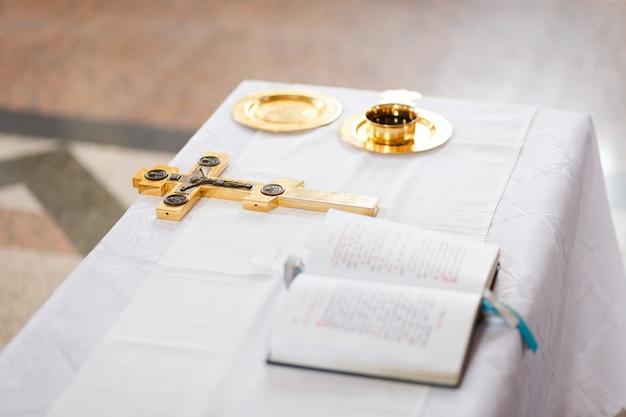 Croce, coppa e bibbia preparati per la cerimonia nuziale