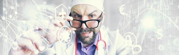 Un uomo barbuto strabico sta esaminando la cornice. malattia degli occhi. il concetto di uno specialista medico pazzo. dottore vicino.