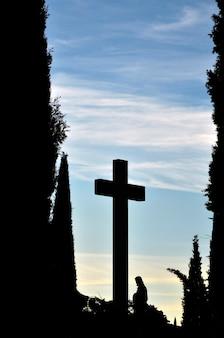 Sagoma a croce e cimitero del sacro cuore