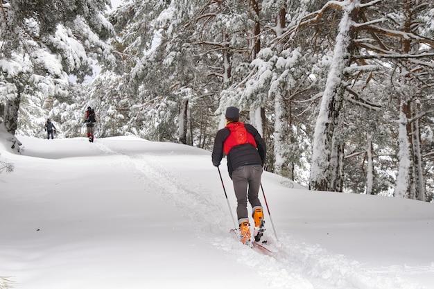 Sciatore di fondo in azione al passo di montagna noto come cotos in un paesaggio molto innevato