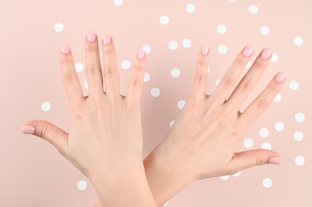 Mani femminili incrociate con le dita divaricate Foto Premium