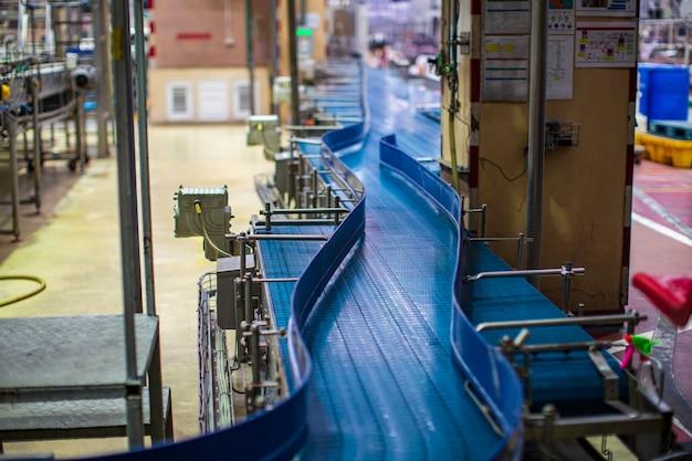 Attraversamento della fabbrica di bevande a rulli e nastri trasportatori