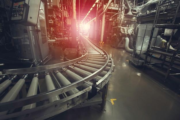 Attraversamento del trasportatore a rulli, oggetti di trasporto del rullo del trasportatore della linea di produzione.