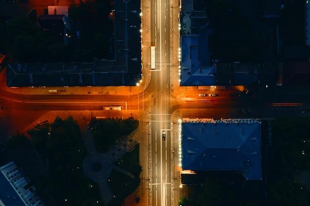 Incrocio in città con traffico automobilistico di notte, effetto sfocato