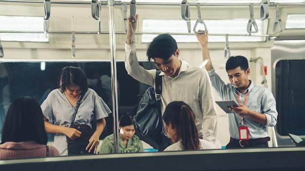Folla di persone su un viaggio in treno metropolitana pubblico affollato occupato