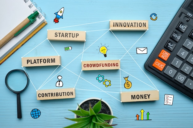 Concetto di crowdfunding - blocchi di legno con iscrizioni coaching, apprendimento, abilità, insegnamento.