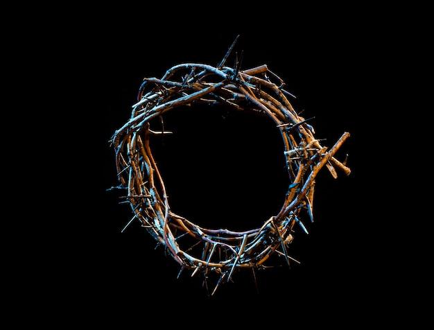 Corona di spine con una sfumatura blu di luce nell'oscurità. il concetto di settimana santa, sofferenza e crocifissione di gesù.
