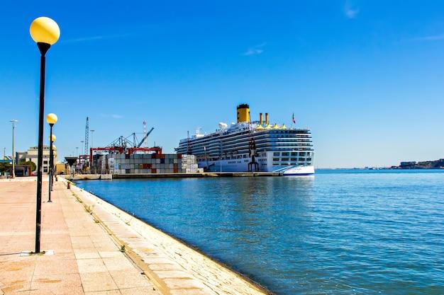 Nave da crociera al porto commerciale di lisbona, portogallo