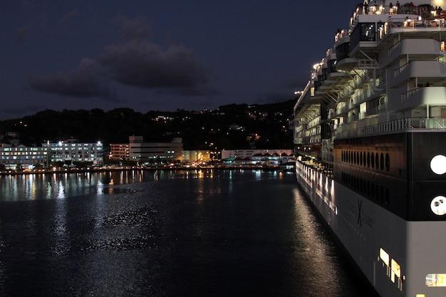 Nave da crociera ormeggiata in porto di notte