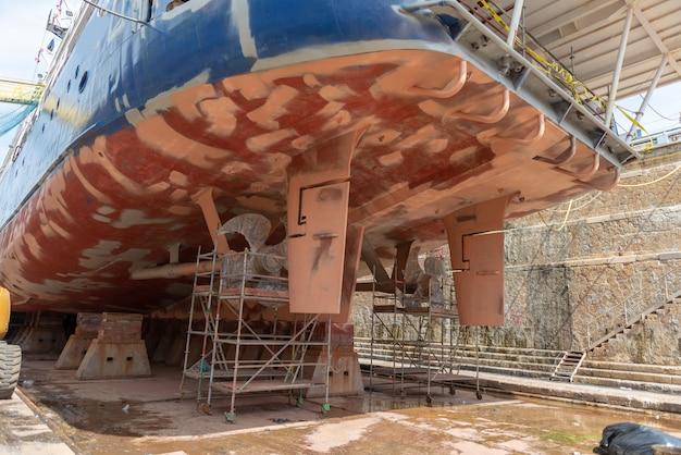 Nave da crociera nel bacino di carenaggio sull'iarda di riparazione della nave