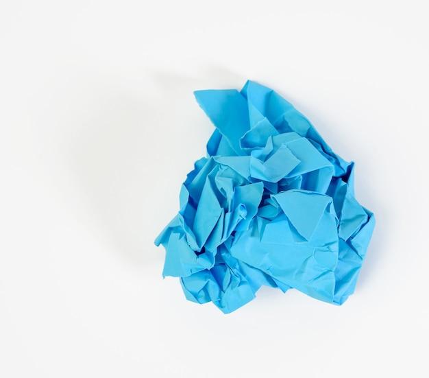Sfera sgualcita di carta blu su sfondo bianco, elemento per designer