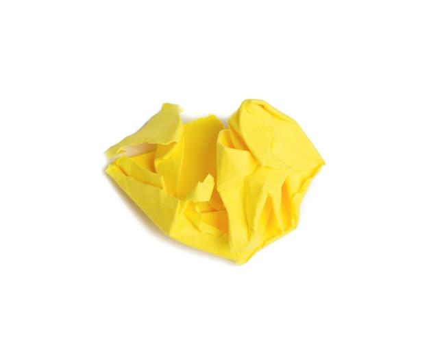 Sfera sgualcita del foglio marrone di carta gialla isolata su priorità bassa bianca, elemento per il progettista