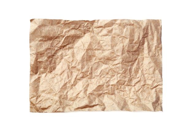 Foglio di carta beige sgualcito isolato su priorità bassa bianca