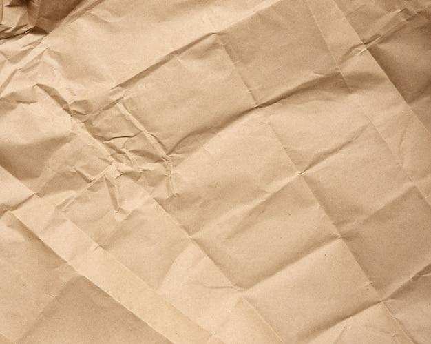 Foglio bianco sgualcito di carta kraft da imballaggio marrone